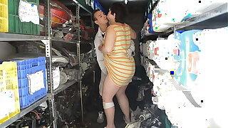 Se folla a su prima en el almacén de recambios del taller. Es una gorda muy viciosa que quiere que le metan herramientas por el coño